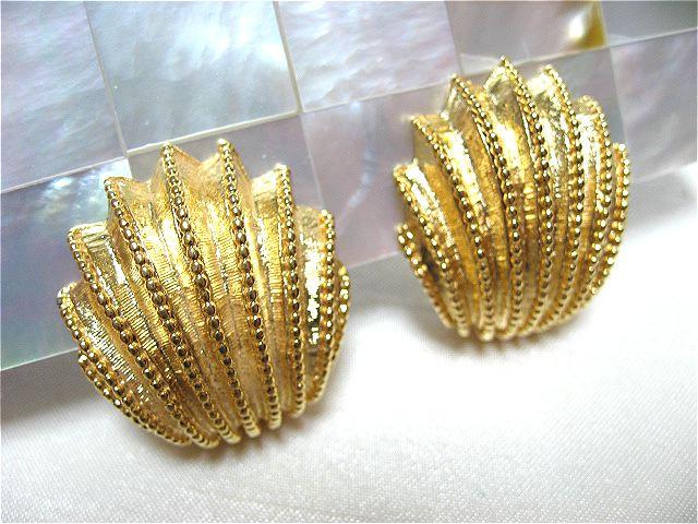 画像1: ゴールドメタル貝の形のイヤリング(ヴィンテージ)