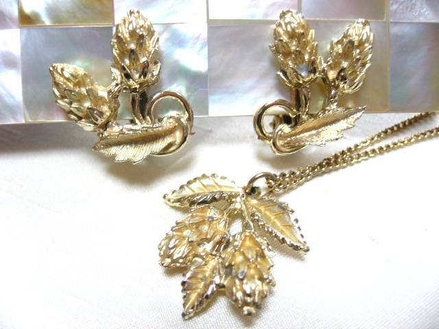 画像1: 松かさと葉っぱのネックレスとイヤリングのセット(ヴィンテージ)
