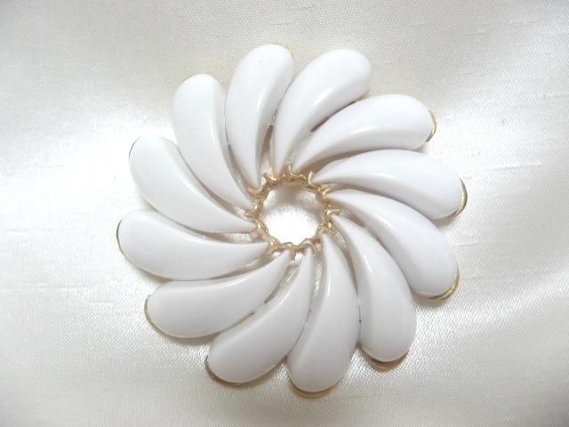 画像1: ミルクカラープラスティックフラワーブローチ(ヴィンテージ)